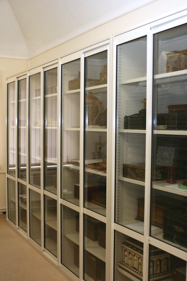 Шкафы с раздвижными стеклянными дверями.
